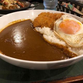 鶏モモカツとハーブ鶏の目玉焼きカレー(カレーの二重丸 小戸店 )