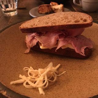 自家製ハムとカマンベールのサンドウィッチ