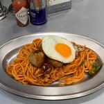 スパゲッチ 目玉焼き&HACHIボールのせナポリタン