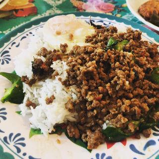 ラートカオカイダーオ」(豚とバジルの炒めのせご飯)(アリムタ食堂)