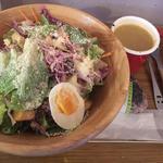 キングチキンサラダ+雑穀米おにぎり+参鶏湯スープ