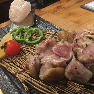 地鶏もも岩塩タタキ炙り(地鶏ダイニング番長)