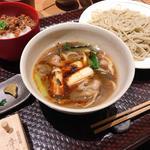 鴨モモ肉とキノコの辛つけ蕎麦(鴨と醸し 鼓道)