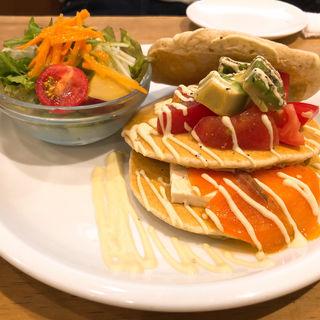 豆腐とサーモンの和風カプレーゼパンケーキ