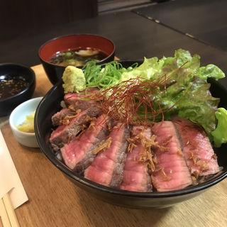 レアステーキ丼(浪花焼肉 肉タレ屋)