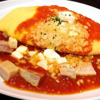 〈月替わりメニュー〉3種のチーズとトマトソースのオムライス
