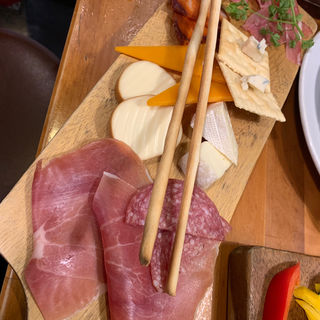 サラミ&チーズ盛合せ(博多ビストロタケノヤ)