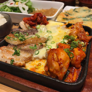 Aセット(チーズタッカルビ+三元豚サムギョプサル)(韓美膳 マークイズ福岡ももち店)