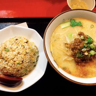 担々麺と半チャーハン(上海厨房 )