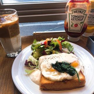ベーコンとチーズソースのオープンサンドイッチ(Crossroad BAKERY(クロスロードベーカリー))