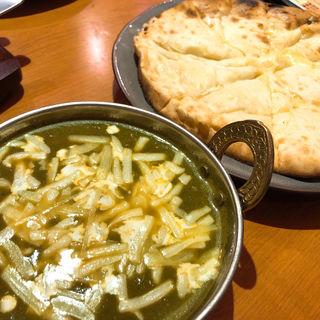 ほうれん草カレー・チーズナン(ワインバル NakaChaka)
