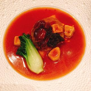 フカヒレ姿と干し鮑の煮込み フォアグラとかき油のソース(mal D'amour (マル ダムール))