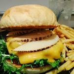ハンバーガー(ホワイトバンズ+ビーフパティ+チェダーチーズ+竹の子+大葉+水菜+塩胡椒)