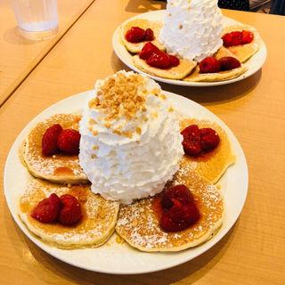 ストロベリー、ホイップクリームとマカダミアナッツ パンケーキ(エッグスンシングス ザ パーク フロント ホテル店 (Eggs'n Things))