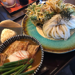 モツカレーつけ麺、かき揚げ、小おにぎり(釜揚げうどん 鈴庵 )