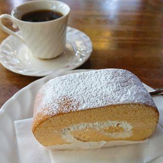 ロールケーキとコーヒー(ピーナッツ )