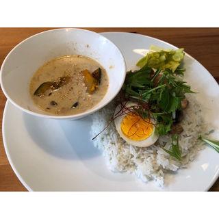 台湾風鶏手羽元煮と、スパイスかぼちゃとしめじのグリーンカレー(ポーリのカレー屋さん)