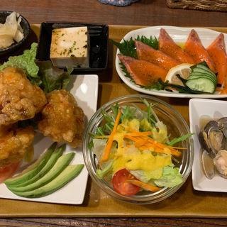 鶏の唐揚げスイートチリマヨソース.サーモンカルパッチョ(ハチミツボタン )