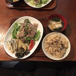 となりの八百屋の定食 豆腐ステーキとお惣菜