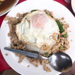 バイ カパオ(鶏肉のバジル炒めご飯)