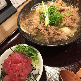 肉うどん、本マグロ丼(満天うどん カジバノバカジカラ)