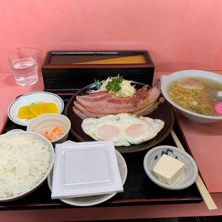 ベーコンエッグ定食(味の福龍 )