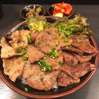 贅沢塩丼(カルビ、牛タン、ハラミ)(焼肉丼 たどん 秋葉原店)