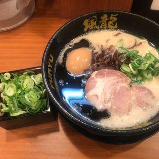 黒マー油とんこつラーメン 半熟玉子&ねぎ(博多風龍 新宿東口店 )