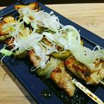 紅あぐー豚大串焼き九条葱塩タレ串焼き~白葱のせ~