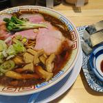 鯖醤油ラーメン 鯖寿司(サバ6製麺所)
