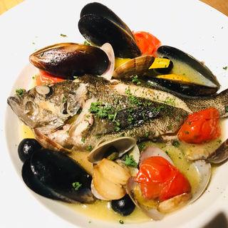 漁師町で朝とれた新鮮な魚がうまい『季節のアクアパッツァ』(サンサーラ 飾磨店 (SANSARA))