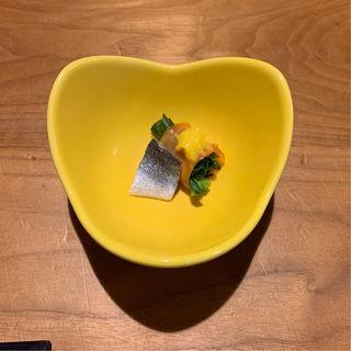 7000円コース 菜の花とサーモン黄味酢かけ(個室・炉端料理  かこいや  銀座7丁目店)