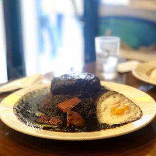 ブラックハンバーグカレー(インド風)+目玉焼き(ラホール 御徒町店 (ステーキ&カレー))
