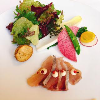 鮮魚のマリネ ジュニパーベリーの香り 季節のサラダを添えて(Chez TAKA HIGASHIAZABU (シェタカ))