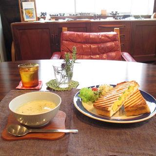 本日のランチセット(ホットサンド、スープ、ドリンク)