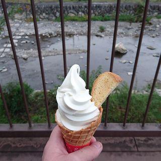 プレミアムソフトクリーム(ミルク味)(水辺のカフェ)
