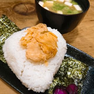 鮭おにぎりとお味噌汁(炭火食彩の里 一休)