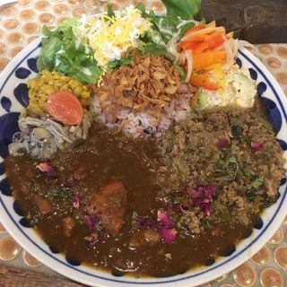 合い盛りカレー A+B(日替りお野菜付き)(カフェみもざ  )