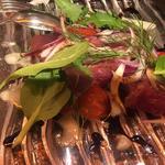 勝浦産カツオのカルパッチョ 西洋ワサビのヴィネグレット(農家の野菜×創作料理 101 (ワンオーワン))
