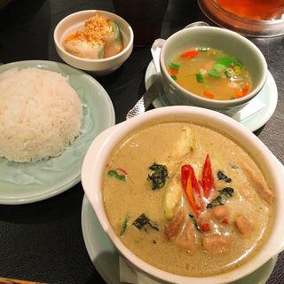 ゲーンキィオワン鶏肉のグリーンカレー(クルン・サイアム 大井町店 )