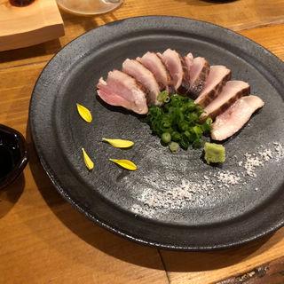 もも肉藁タタキ(焼鳥 赫色)