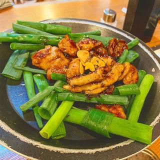 九条ねぎと鶏ホルモンの陶板焼き