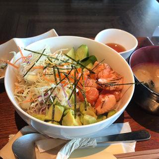炙りサーモンとアボカド丼(天満橋 リバーカフェ)