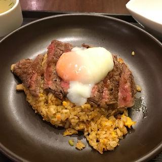 チャーハン 牛赤身ステーキシングルトッピング 輝黄卵の半熟卵トッピング(天神炒飯)