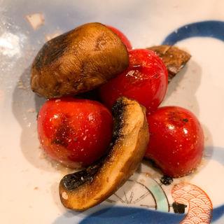 マッシュルームとフルーツトマトの炙り(コノ花まひろ )