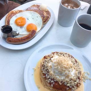 バターミルクパンケーキ フライドエッグ、ソーセージ(crisscross (クリスクロス))