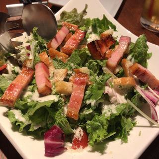 温玉とグリルベーコンとハーブトーストのシーザーサラダ(TOKYO KITCHEN (東京キッチン))