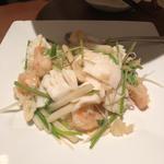 海老、イカ、くらげ、香菜の白胡椒酸味炒め