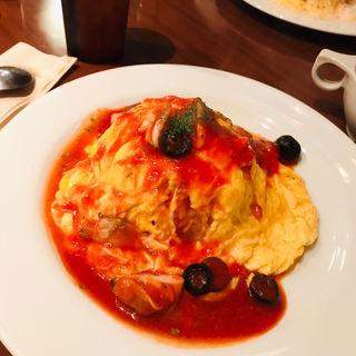 オムライス(魚介とオリーブのマリナーラソース)(Le Cafe RETRO (ル・カフェ・レトロ))