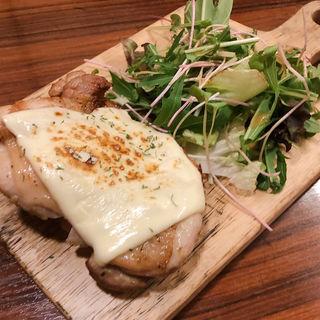 地鶏のチーズチキンソテー(リゾート個室×肉バル ミート&チーズ Bellhouse)
